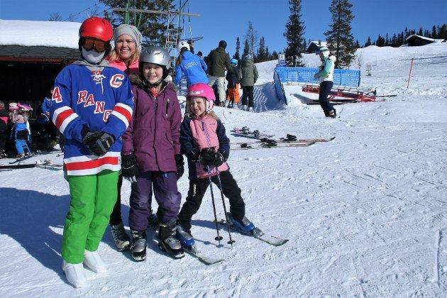 Slalåmdag: Eirik Hustad Amsrud (14), Sigrid Johansen, Johanna Evenstuen Kjeldsrud (8) og Aurora Evenstuen Kjeldsrud (5 1/2) fra Raufoss valgte seg fredag til å stå på slalåm på Spåtind.