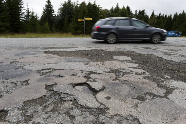 DÅRLIG: – 40 prosent av fylkesveiene ble i fjor vurdert av Statens vegvesen til å være i dårlig eller svært dårlig stand om vi ser på asfalt- og grusdekkene.