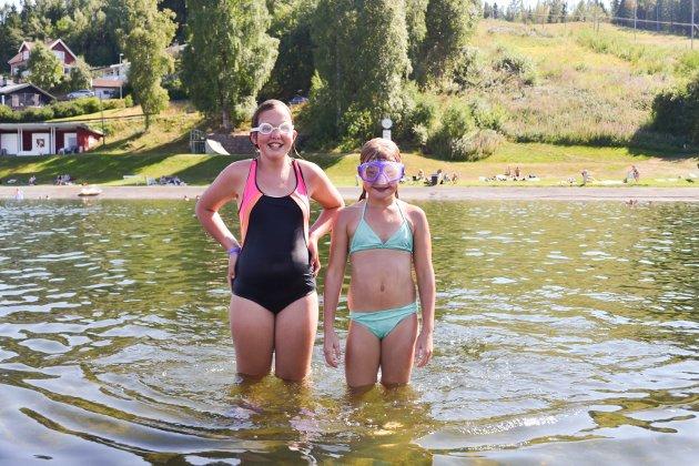 GODT Å BADE: Mari Brendjord (10) og Hannah Lilleøren Lundon (11) synes bading er den beste måten å kjøle seg ned på i varmen.