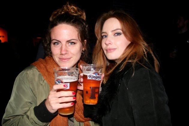 PÅ ROCKE-KONSERT: Monica Presterudgjerde og Stine Ruttenborg hadde tatt turen fra Gjøvik til konserten på Raufoss og Retro Bar.