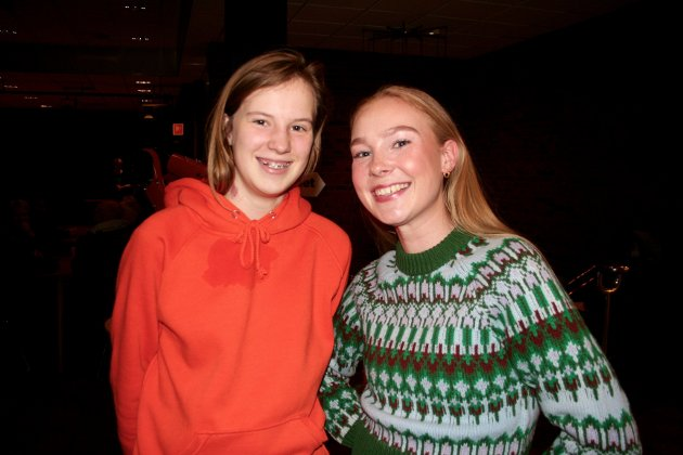KLARE FOR KONSERT: Anna Johnsrud (16) og Amalie Abrahamsrud (20) hadde tatt turen fra Gjøvik for å gå på konsert. – Vi har familie som er med på scenen i kveld, og gleder oss, sa de.