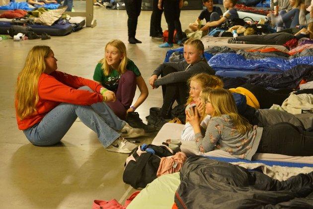 Gode samtaler på gulvet med deltagere på festihall på Gjøvik.