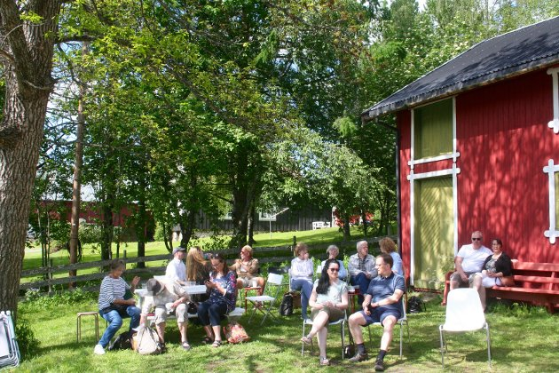 NYDELIG SOMMERDAG: Folk koste seg i finværet på tunet til prestegården i Snertingdal under årets Grønske 2019.