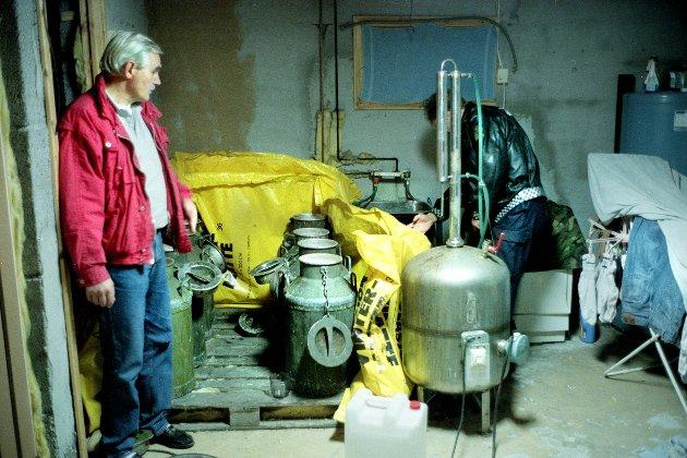 HB-FABRIKK. Da lensmann Terje Evenrud (tv) fra Østre Toten og lensmannsbetjent Bjørn Thyli fra Vestre Toten tok seg ned i kjelleren i en enebolig på Toten, ble det funnet hjemmebrentapparat, 320 liter sats og i overkant av fem liter ferdig sprit.
