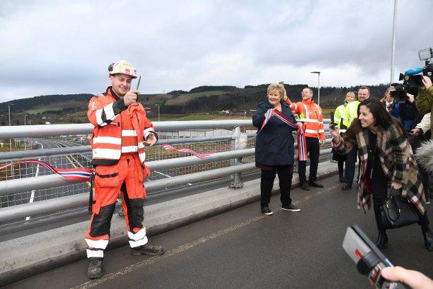 ÅPNING: Lærling Håkon Harkestad fra Moelv fikk æren av å klippe E6-snora sammen med statsminister Erna Solberg tirsdag.