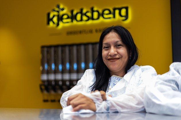 KAFFE: Josefa Eveliq Hernández (38) fra Guatemala leverer kaffe til Kjeldsberg.