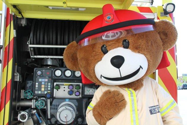 FOREBYGGING: Det barna har lært av brannvesenets maskot Bjørnis i barnehagen, det sitter. Slik kan barna blir den som stiller de riktige og viktige spørsmålene når de er hjemme.