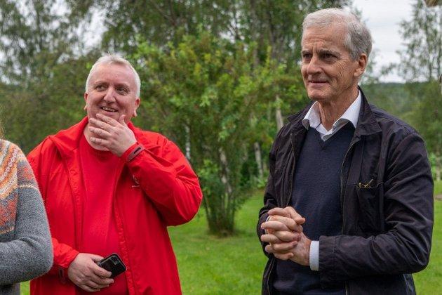PLAN: – Arbeiderpartiet har planen klar for de første 100 dagene i regjering hvis de vinner valget, sier fylkestingsrepresentant Bjørn Jarle Røberg-Larsen (Ap), her  med partileder Jonas Gahr Støre.