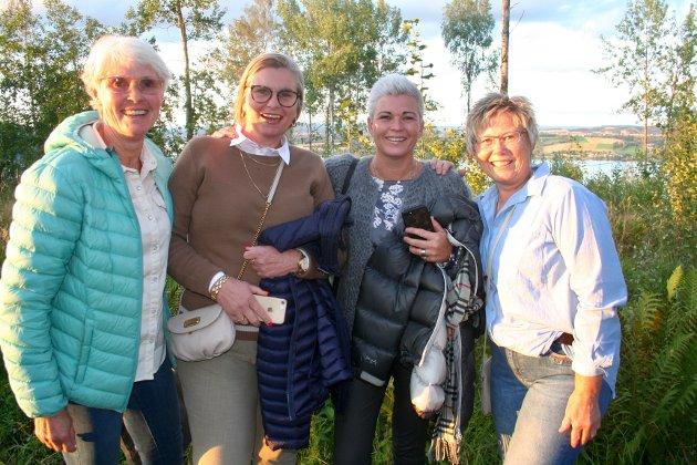PÅ TOPPEN: Ellen Aamdalen, Nan Bjerkvoll, Lene Wang og Inger Brovold. – Nå gleder vi oss til en topp kveld! sa de blide damene.