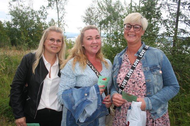 PÅ TOPPEN: Vera Stensrud, Vivian Briskelund og Bente Martinsen var konsertklare på Hovdetoppen lørdag kveld.