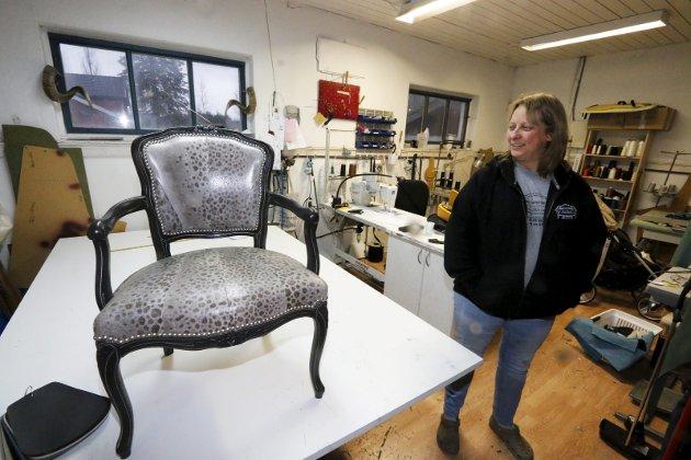 Dyktige håndverkere har slått seg sammen i Håndverkslåven i Ås, Drøbakveien 160. Møbeltapetserer Anne Skorstad er stolt av denne stolen som er trukket med fiskeskinn. FOTO: STIG PERSSON