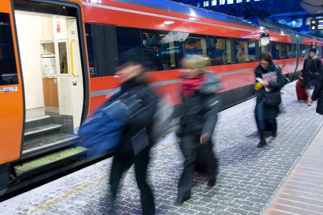 Oslo  20091222. Passasjerer med Bergenstoget haster av sted på Oslo S tirsdag ettermiddag. Togene er fulle av mennesker som skal hjem til julehøytiden. Travelt. Bevegelse. Fart. Foto: Terje Bendiksby / Scanpix