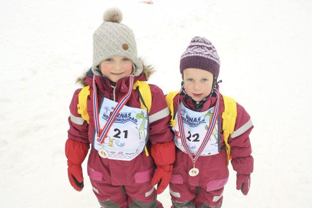 I mål: Emma Kristine Hensel og Therese Bruu Lagesen er fornøyd med løpet, men Therese kan rapportere om et fall.