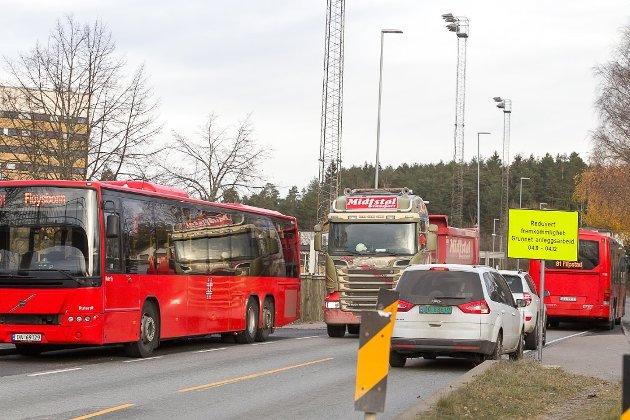 SKAPER DEBATT: Arbeidene med å fjerne busslommene i Sønsterudveien som nå er igangsatt, skaper mye debatt i lokalsamfunnet på Sofiemyr.