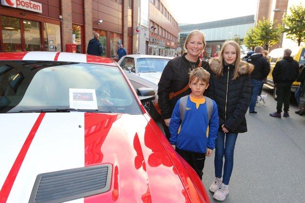 ARTIG: Casper Nordquist (7) rakk akkurat å ta en titt på de flotte doningene i Åsenveien før han måtte på fotballtrening. Storesøster Cornelia Nordquist og mamma Linda Spidsberg koste seg også.