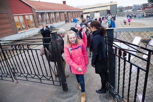 Her går Pernille Tutvedt (11) ut av skoleporten på Nanset skole for aller siste gang.