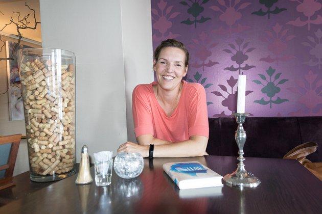 STERKE HISTORIER: Elin Dahling, som er lektor og bor i Larvik med sin brasilianske mann og to døtre, har debutert med romanen «Opphav».