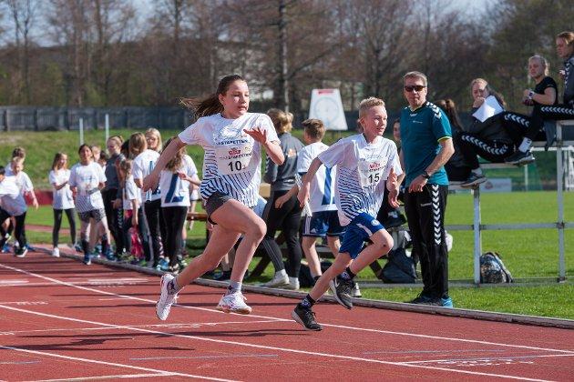Rebeka Petrzelova i gang med tredje etappe for Hedrum barneskole,  Tinestafetten 2018, Lovisenlund