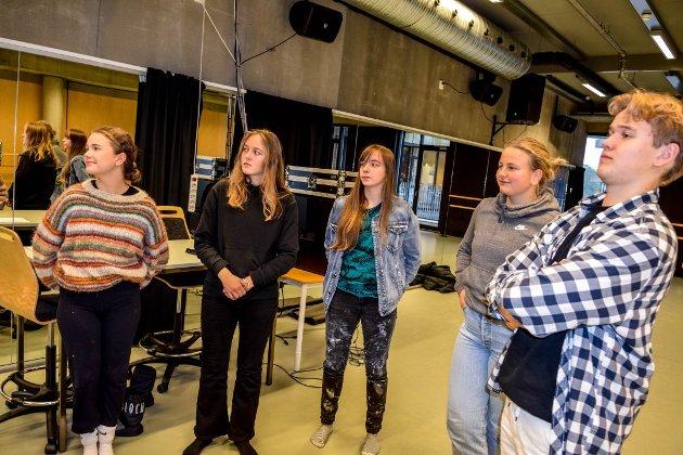 OPPGITTE: Helle Haugstuen (16), Hanna K. Pettersen (16), Frida K. Pettersen (17), Hannah Gutterød (17) og Mikael Zakariassen (16) er elever ved musikk- og danselinja på Thor Heyerdahl videregående, og er frustrerte.. Nå bør saken legges bort, skriver ØPs sjefredaktør.
