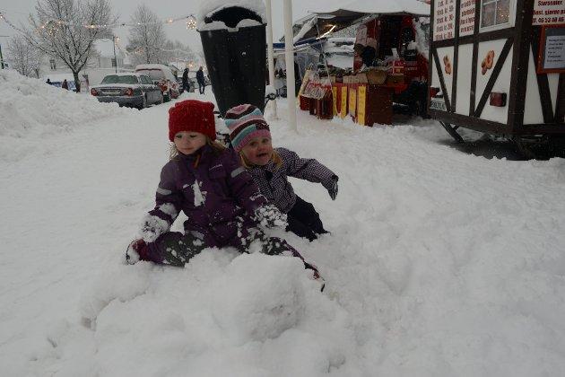 KOSTE SEG: Othilie Maria Bergersen og Diana Iselin Pedersen boltret seg i snøen.