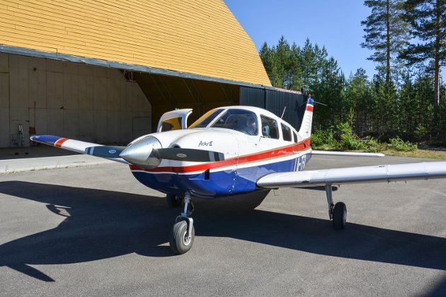 SMÅFLY: Elverum Flyklubb eier denne Archer III 1999-modell, som åtte piloter flyr brannvakt med.