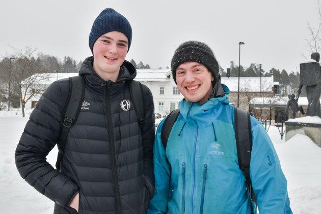 SPREK: Frode Moen (26) (til høyre) og Edvard Betsaker-Moen (17) har akkurat vært og trent intervall og styrke. – Nå skal jeg kjøpe julegave til Edvard. Jeg har et par års erfaring så i år skal han få velge ut gaven sin selv, sier Frode Moen.