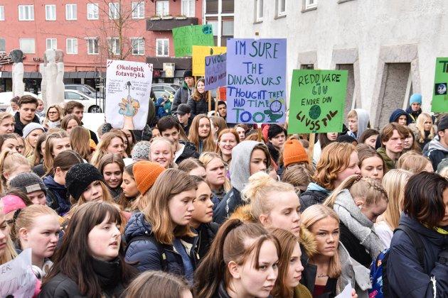 KLIMASTREIK: Ungdommer fra videregående, ungdomsskolen og barneskolen streiket for å markere kampen for et bedre klima på rådhusplassen i Elverum.