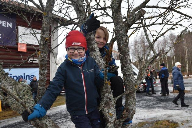 HEIER PÅ PAPPA: Tollef (6) og Odin (8) Lysaker Bronken kom for å heie på pappa Jan Peder Bronken.