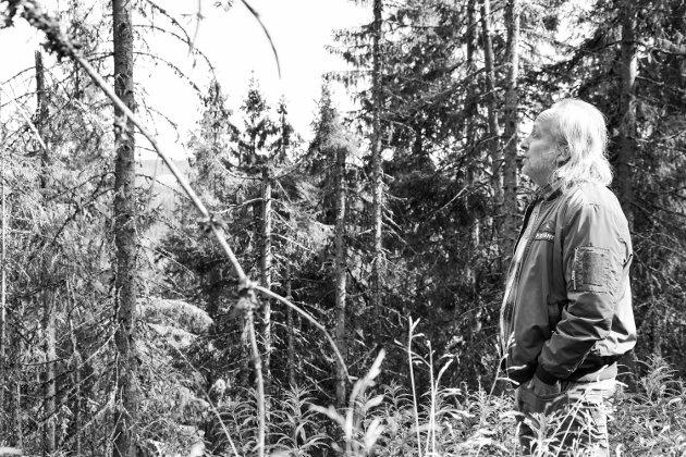 NY BOK: Forfatter og musiker Levi Henriksen (56) fra Kongsvinger har skrevet ny bok, diktsamlingen «Som skyene skygger snøen».