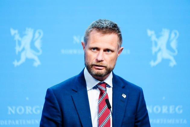 OMFORDELING: Helse- og omsorgsminister Bent Høie under en pressekonferanse om geografisk omfordeling av vaksiner.