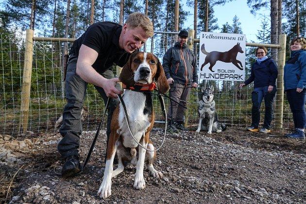 Anders Bredalen Foss sammen med hunden sin i den nye hundeparken i Våler.