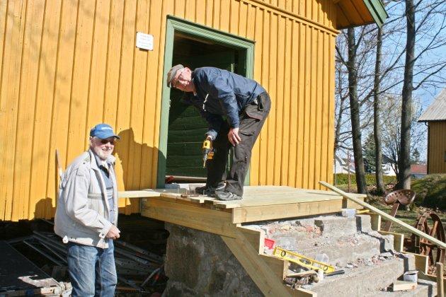 Helge Th. Andersen og Harald Voldstad er to av mange som gjør en stor innsats på Fagertun. Her er de i gang med å bygge en ny trapp.