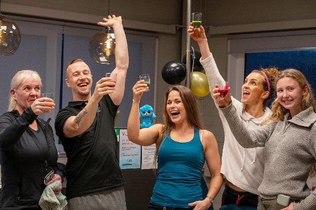 God stemning på medlemsfesten. Her skåles det i smoothie. Fra venstre Unni Fosland, Tommy Fosland, Cecilie Mellum, Nina Olavsen og Marte Movik.