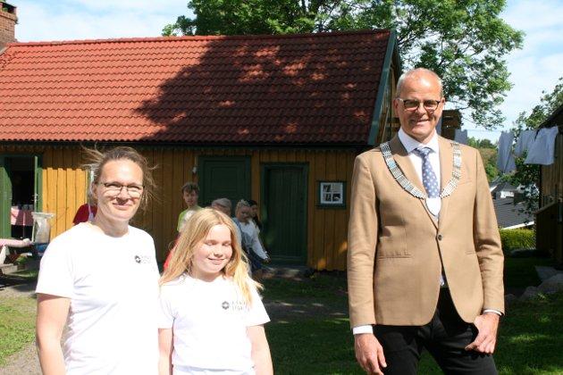 Cecilie Cappelen Grandt og datteren Josefine var på Fagertun, der de stod i spissen for gåstrikk-konkurransen. Her er de sammen med ordfører Jon Sanness Andersen.