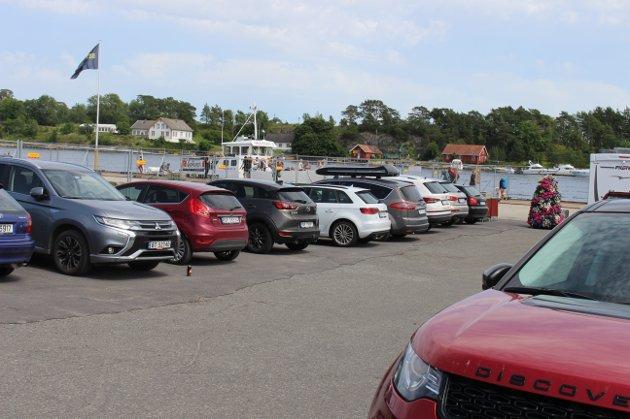 Det var fullt av personbiler som parkerte på Smietangen, her ligger Helgeroafergene medSkjæløy som skal til Langøya og de andre øyene i fjordområdene over til Helgeroa.