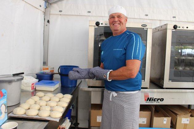 Oddbjørn Johnsen jobber som baker til daglig, men i helgen er han frivillig bakemester på Skjærgårdssang i Langesund. Her holder han på å gjøre klar et brett bolledeig som skal bli nystekte kanelboller.