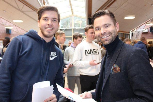 21-årige Jonas Eikeland ser etter jobb hos hotelldirektør Paul Wegar Dørdal ved Quality Hotel Skjærgården.