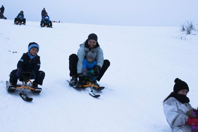 FULL FART: Adrian (til venstre) og Lars Kristian Sverstad med Oskar suser nedover.