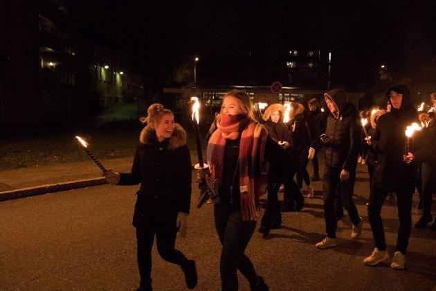 """GIKK I FAKKELTOG GJENNOM ASKIM: Eline Jelsnes og Maren Sofie Granli fra Rakkestad var to av de flere titalls russen som hadde møtt opp i Askim fredag kveld for å markere """"Aldri mer krystallnatt""""."""