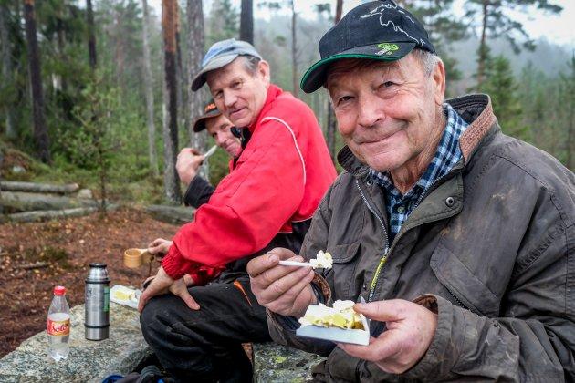 Knut Heller og gjengen feiret med banankake. I bkgrunnen Knut Bredholt og Øyvind Dahl.