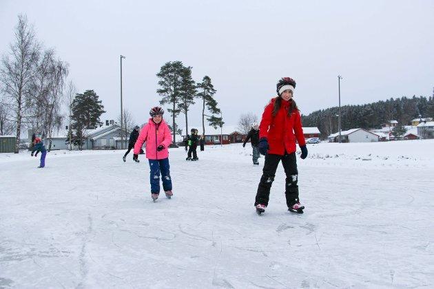 Gøy: Ida Marie Bakke Skjønhaug og Zana Mushica koste seg på isen.