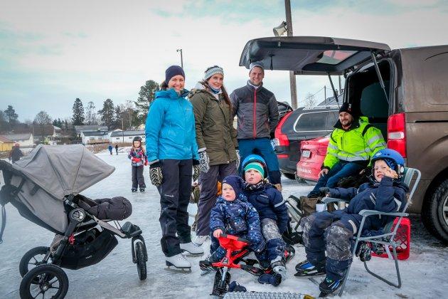 To familier koste seg på isen lørdag formiddag. Bak: Stine Gjerløw, Pernille Svendsen, Robert Rasmussen og Vidar Mostad. Foran: Didrik Rasmussen (1), Max Svendsen Mostad (5) og Sander Rasmussen (5).