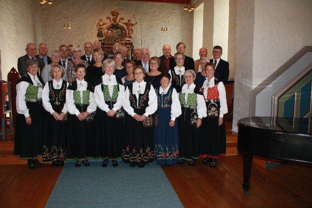 50-årskonfirmanter i Rakkestad kirke 6. oktober 2019 1. rekke Inger Pilhaug Homstvedt, Tove Scjerpen (Oliversen), Solveig Hermansen, Anne Finpå (Gjerberg), Marit Buer, Åse Dendinger (Eriksen), Unni Hystad (Huse), Helen Lunde 2. rekke Bjørn Fosser, Solveig Grimsrud (Stamsaas), Anne Kari Tjerbo, Anniken Holen, Laila Watvedt (Grøtvedt), Liv Randi Gravdal (Grønnern), Torunn Heen (Solberg), Marit Gjerberg (Høie), Gunn Nordhavn (Olaussen) 3. rekke Steinar Finnestad, Egil Wågsås, Ole Harald Grønnern, Bjørn Arild Isebakke, Bjørn Henning Larsen, Ole Anton Hagen, Vidar Schjerpen, Bjørn Åge Larsen, 2. rekke fra venstre: Knut-Ivar Orud, Leif Greaker, Arild Andersen, Bjørn Åserud, Jon-Vidar Bøe, Steinar Mellegård.