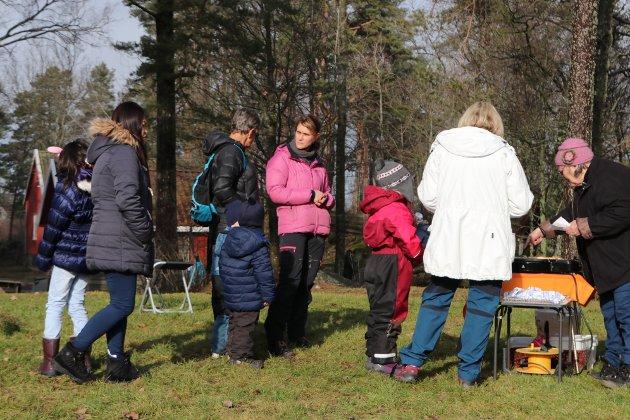 Det var stadig kø for lefser stekt på takke på Rakkestad bygdetun, søndag.