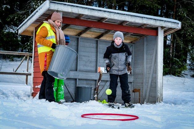 """Emil Aleksander Mathiasen (12) hadde truffet fullt hus på de tre første """"skytingene"""" eller kastene som det var lagt opp til på skiskytterarenaen Os skole hadde laget."""