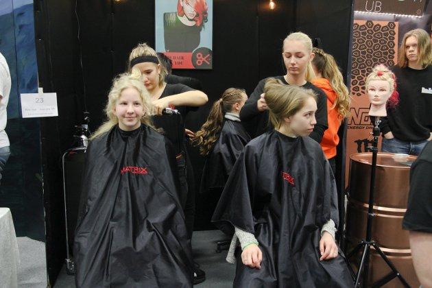Foran denne standen var det konstant kø. Hos ungdomsbedriften New hair - New You UB fra Kalnes videregående skole, kunne alle som ville få fikset håret sitt.