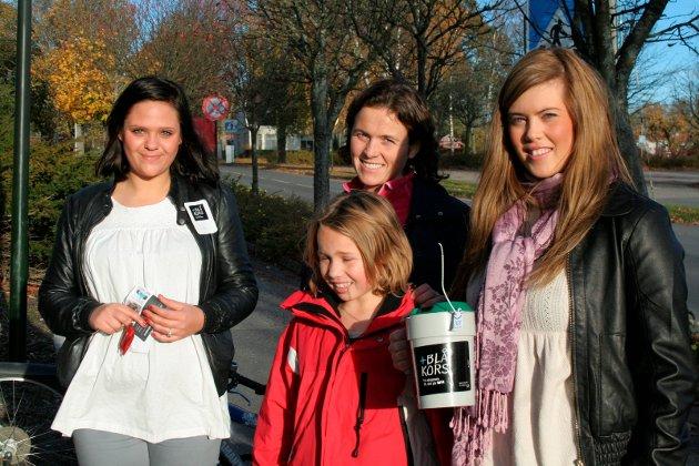 Gode hjelpere: Silje Marie Berntzen, Silje Carhrine Heier, Olaug Torsvik Heier og Julia Stubberud har vært bøssebærere i innsamlingsaksjonen for Blå Kors i 2008.