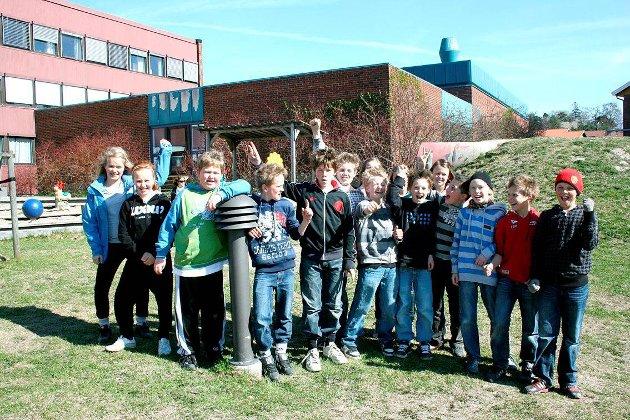 """Utendørs: Klasse 6A på Bergenhus skole tok lunsjen i Velhaven en fin dag i 2009. De hadde vært på bokhandelen og fått hver sin bok i frobindelse med prosjektet """"Bok  til alle"""". Og etter lunsj ble det alltids tid til en runde eller to med  """"boksen går""""."""