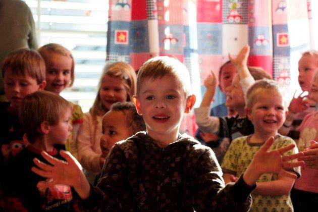 SANGGLEDE: Barna ved Kirkeng barnehage hadde forberedt sangoppvisning på FN-dagen i 2008.
