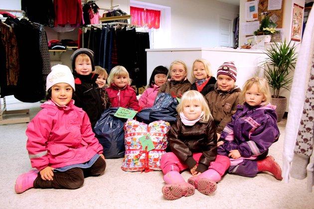 SMÅ JULENISSER: Ala, Casper, Sondre, Vilde Amalie, Frida, Nora, Thea, Maren, Eline og Andrea har alle vært så gavmilde, og gitt en gave hver til fattige i Ukraina. (2009)